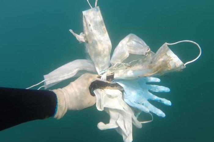 Déchets médicaux présents dans l'océan